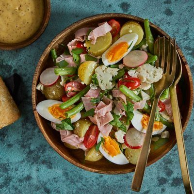 Chefs-salad-med-sprode-grontsager-skinke-og-aeg-400