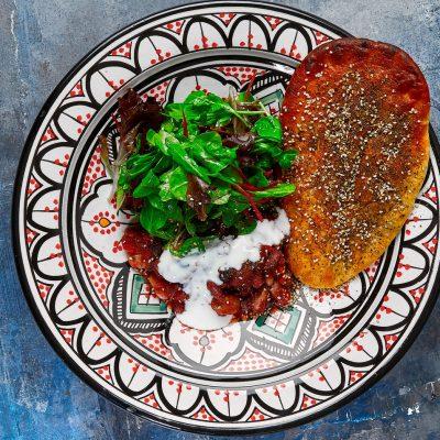boenneragou-t-med-krydrede-fladbroed-med-zaatar-og-groen-salat-1