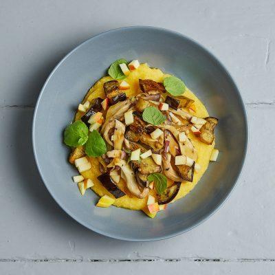 cremet-polenta-med-stegte-svampe-aubergine-og-citron