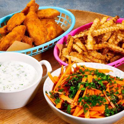 fiskenuggets-med-pommes-frites-persillesovs-og-gulerodssalat-med-appelsin-og-rosin-2